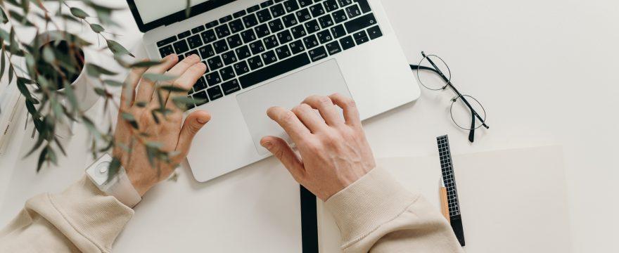 pisanie tekstu na laptopie